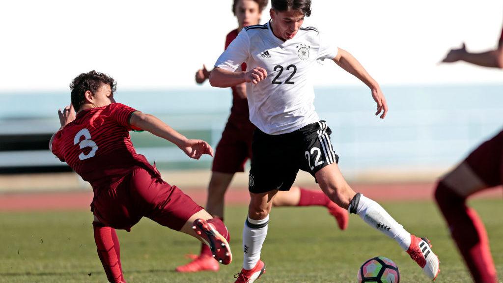 Ein Zweikampf eines deutschen und eines portugiesischen U16 Nationalspielers. (Photo by Ricardo Nascimento/Getty Images)