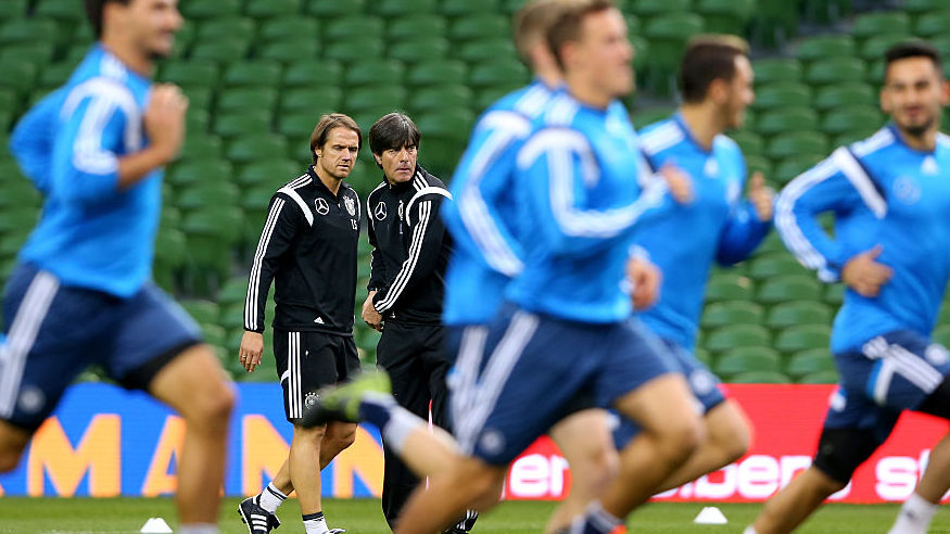 Der deutsche Bundestrainer Joachim Löw und Thomas Schneider beobachten die Spieler der deutschen Nationalmannschaft während eines Trainings. (Photo by Alexander Hassenstein/Bongarts/Getty Images)