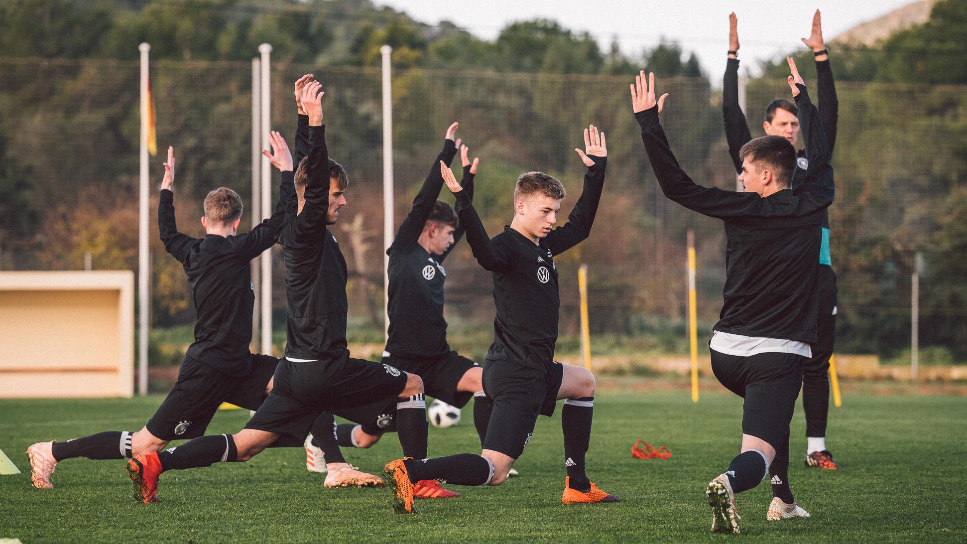 U-Nationalspieler machen Ausfallschritte zum Aufwärmen vor einer Trainingseinheit. ©2018 Philipp Reinhard