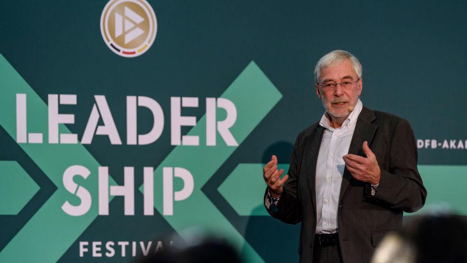Prof. Dr. Gerald Hüther beim Leadership-Festival der DFB-Akademie.