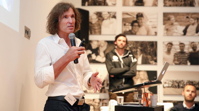 Stefan Glowacz spricht bei dem Meet-Up der Teammanager