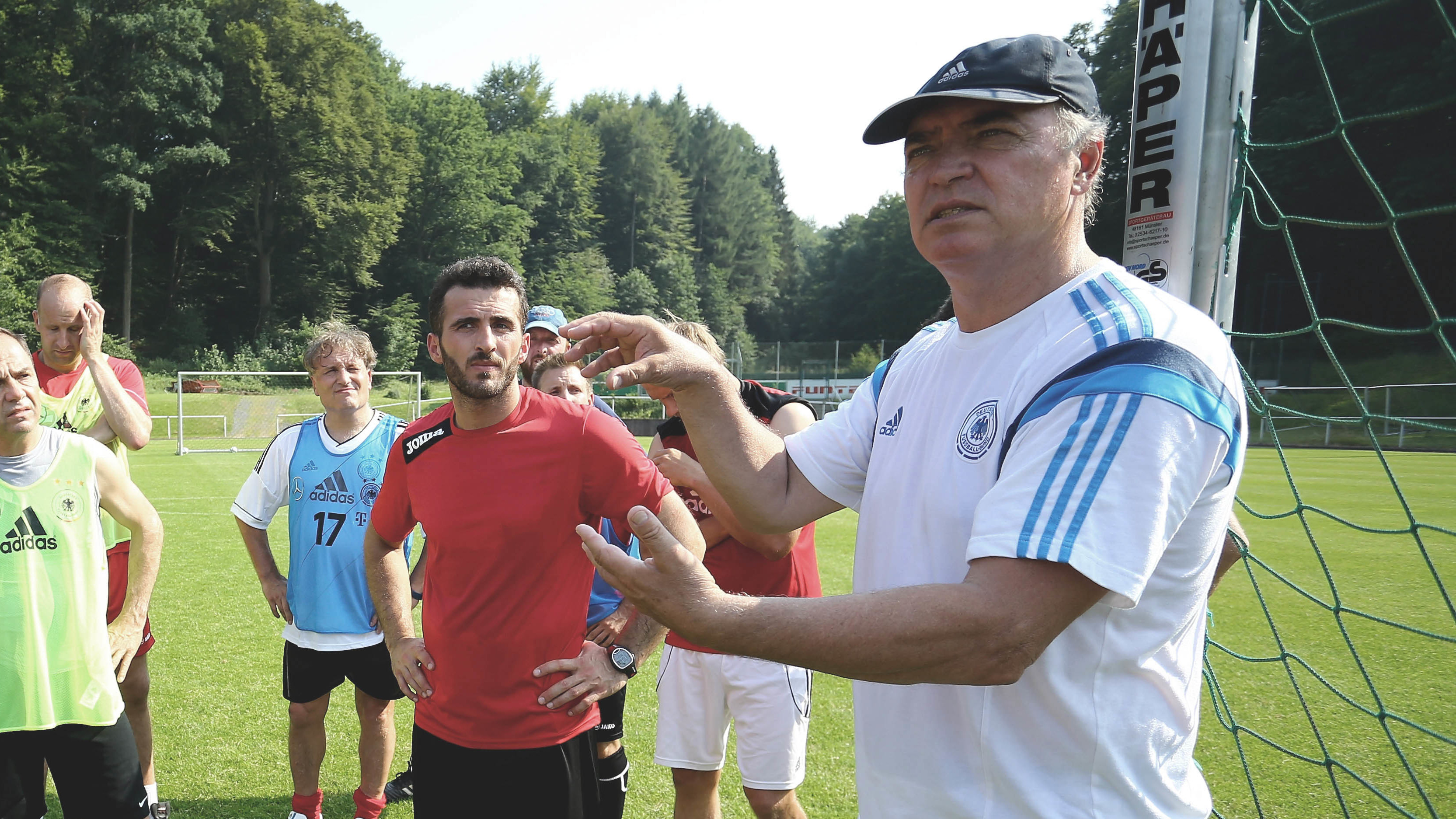 Jörg Daniel spricht zu Teilnehmern des DFB Youth Coach Congress.