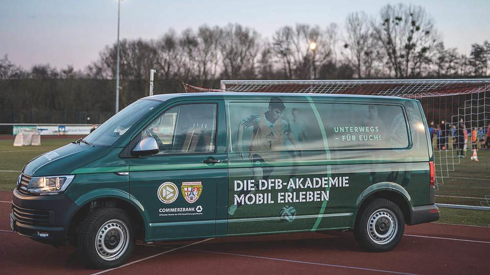 Das DFB-Mobil steht vor einem Fußballplatz.  © 2019 Getty Images