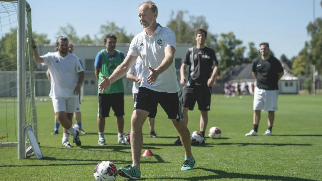 Markus Reiter erklärt im Rahmen des DFB-Elite-Jugend-Lizennz Workshops einer Teilnehmergruppe eine Übung.