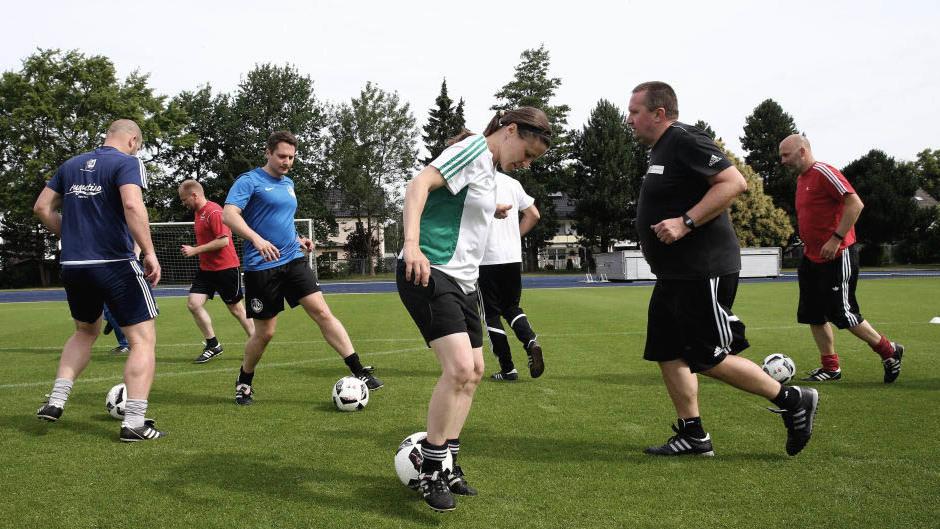 Teilnehmer des DFB-Elite-Youth Coach-Training-Workshops machen eine Trainingseinheit.