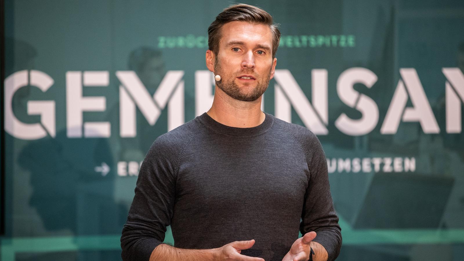 Daniel Niedzkowski präsentiert seine Ideen zum Fußball-Lehrer-Lehrgang.
